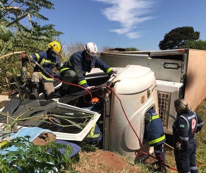 Caminhão tomba na PR-323 e motorista fica preso às ferragens