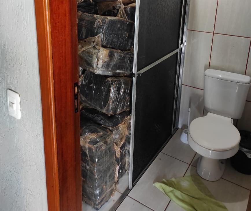Polícia encontra quase uma tonelada de maconha escondida em box de banheiro