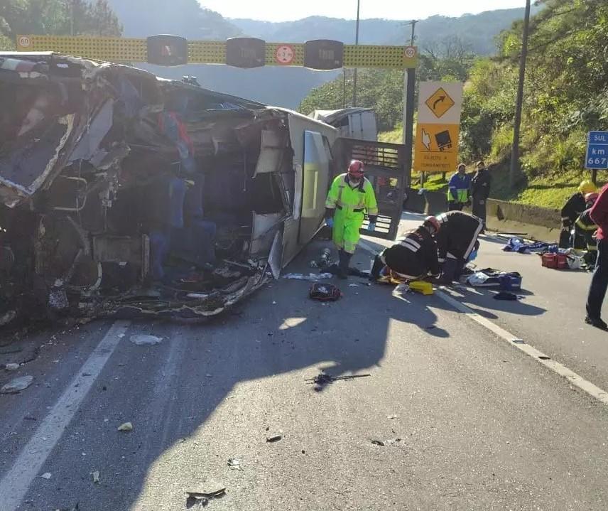 Ônibus que levava equipe de Fustal de Umuarama tomba na BR-376 e dois morrem