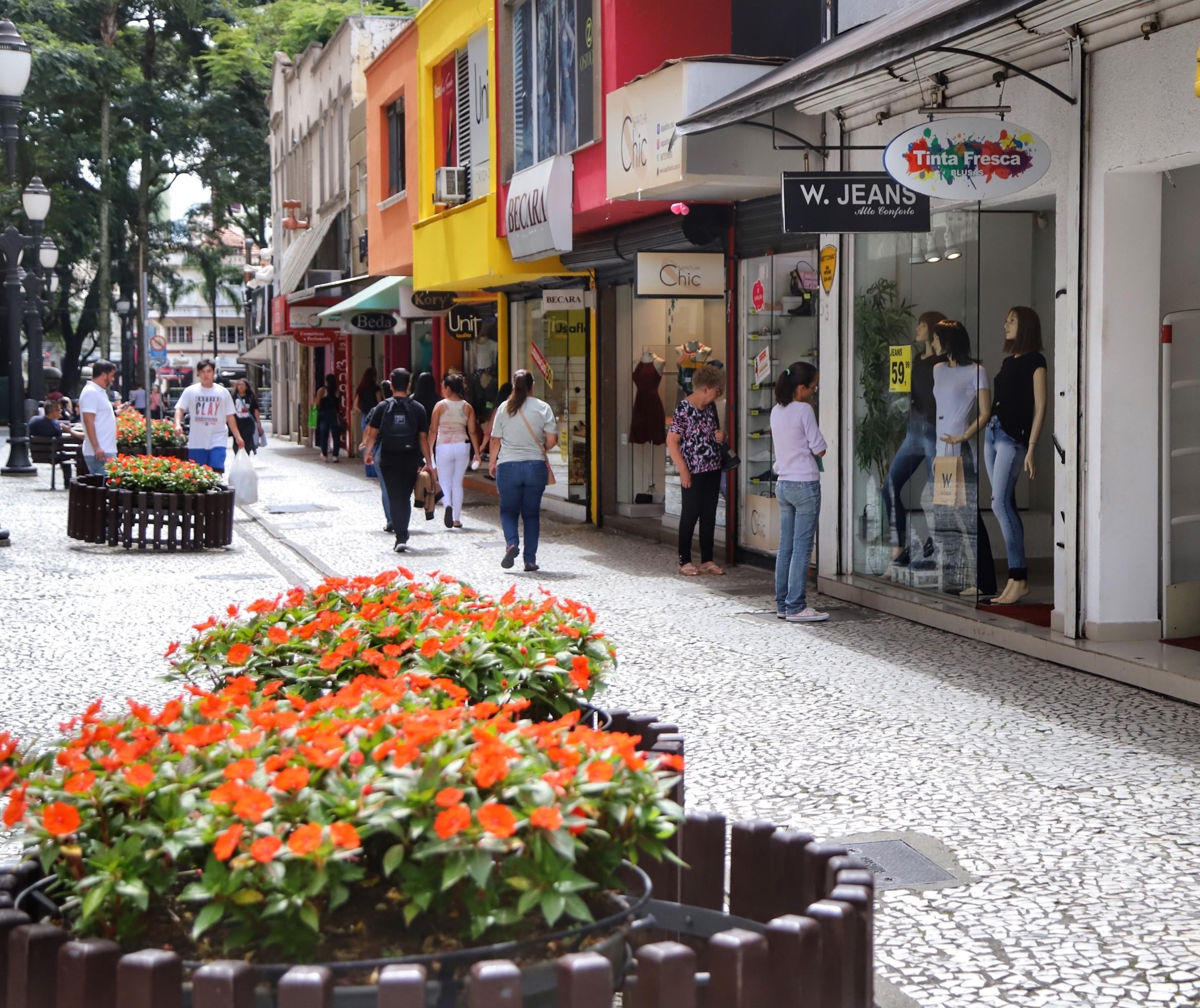 Prefeituras do Paraná reabrem aos poucos o comércio