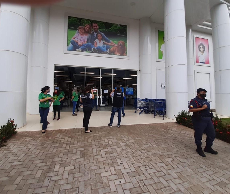 Loja de departamento é interditada pela fiscalização em Maringá