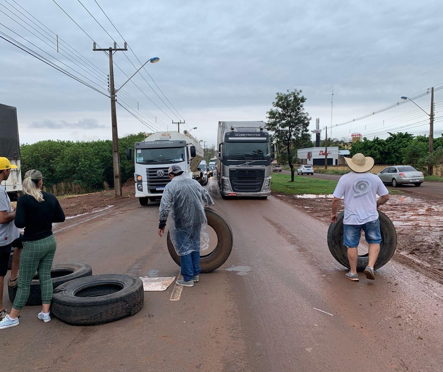 Caminhoneiros fazem bloqueio na PR-317, numa das entradas de Maringá