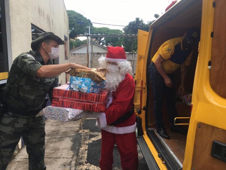 Polícia Militar entrega presentes na Campanha do Papai Noel dos Correios