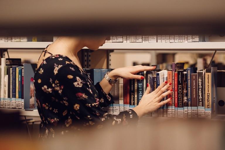 Brasileiro lê, mas quase não tem livros