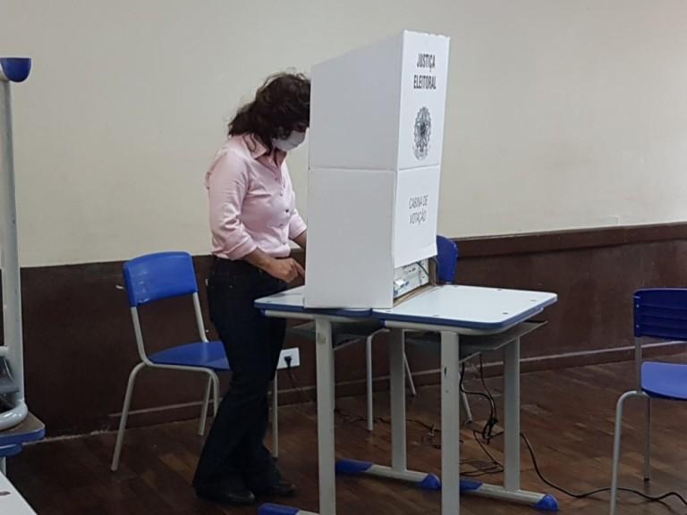 Akemi Nishimori vota no Colégio JK