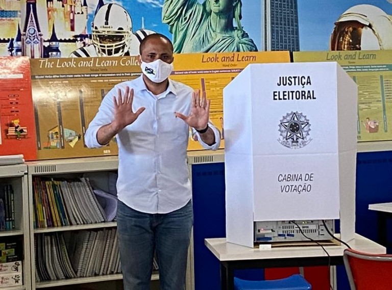 Deputado Do Carmo vota no Colégio Objetivo