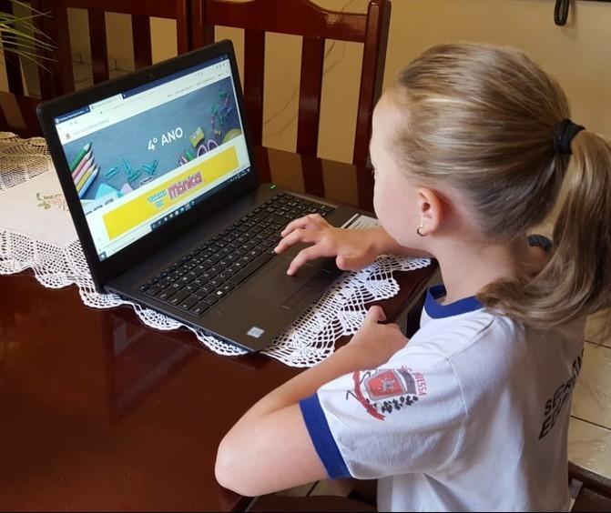 Pais são mediadores dos filhos nas aulas online