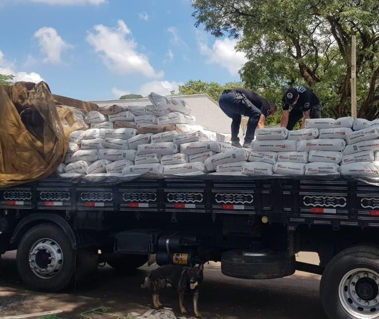 Com apoio de cães de faro, polícia apreende maconha em caminhão em Maringá