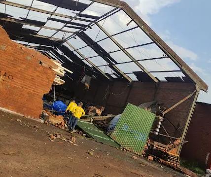 'Tempestade de poeira' e ventos fortes deixam estragos em Maringá e região; veja imagens