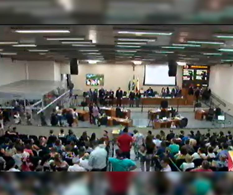 Servidores lotam Câmara em sessão noturna e vaiam vereadores