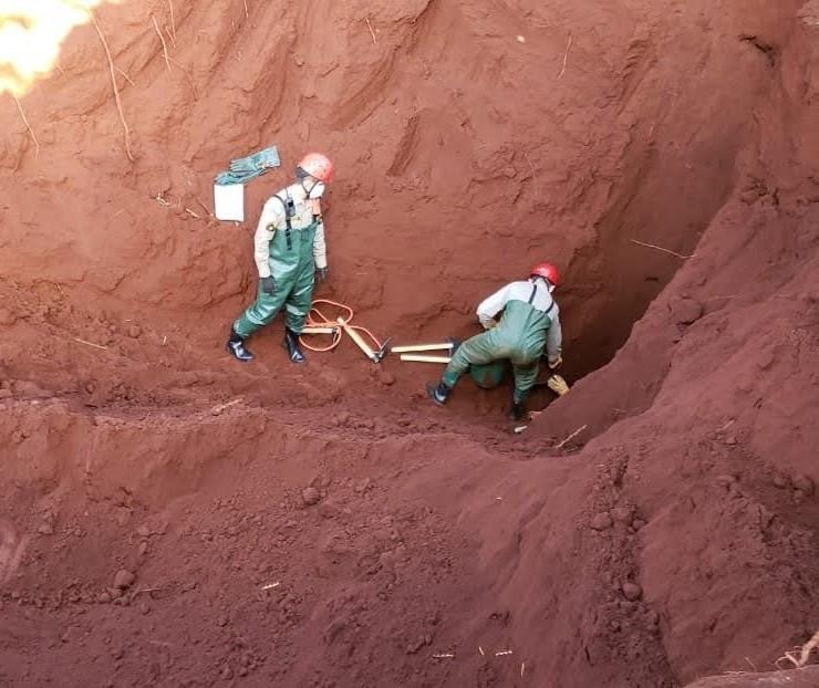 Pelo terceiro dia, bombeiros escavam área de poço para retirar corpo