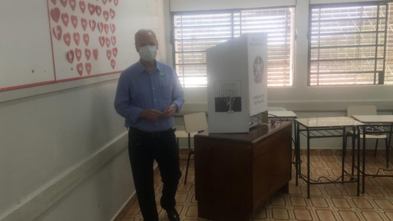 José Luiz Bovo vota no Colégio Santo Inácio