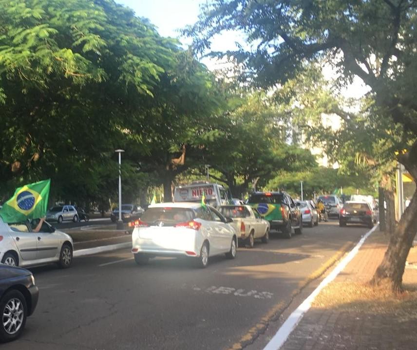 Centenas de manifestantes pró-Bolsonaro fazem carreata em Maringá
