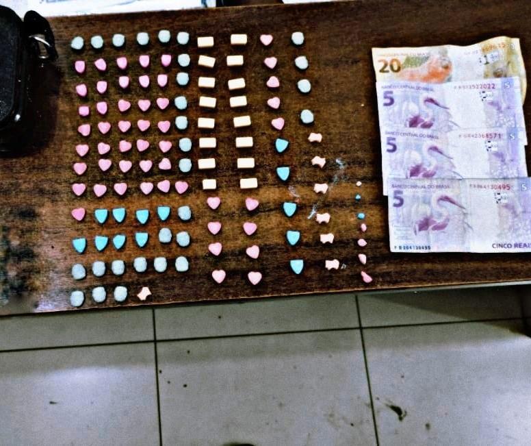 Polícia fecha 15 festas clandestinas e prende duas mulheres com 115 comprimidos de ecstasy