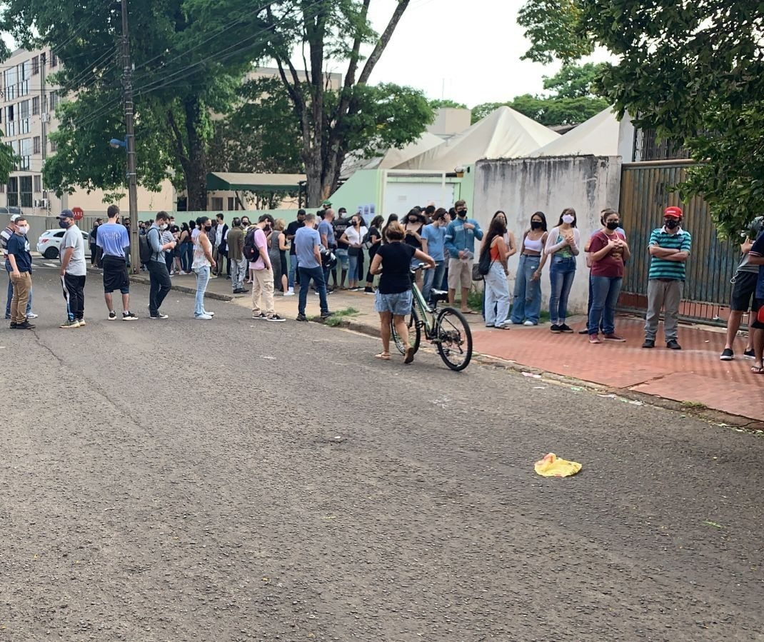 UBS Mandacaru tem fila de adolescentes para vacinar