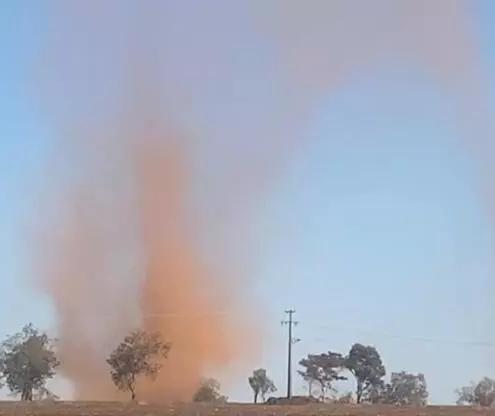 Redemoinhos de poeira assustam moradores de Marilena; vídeo