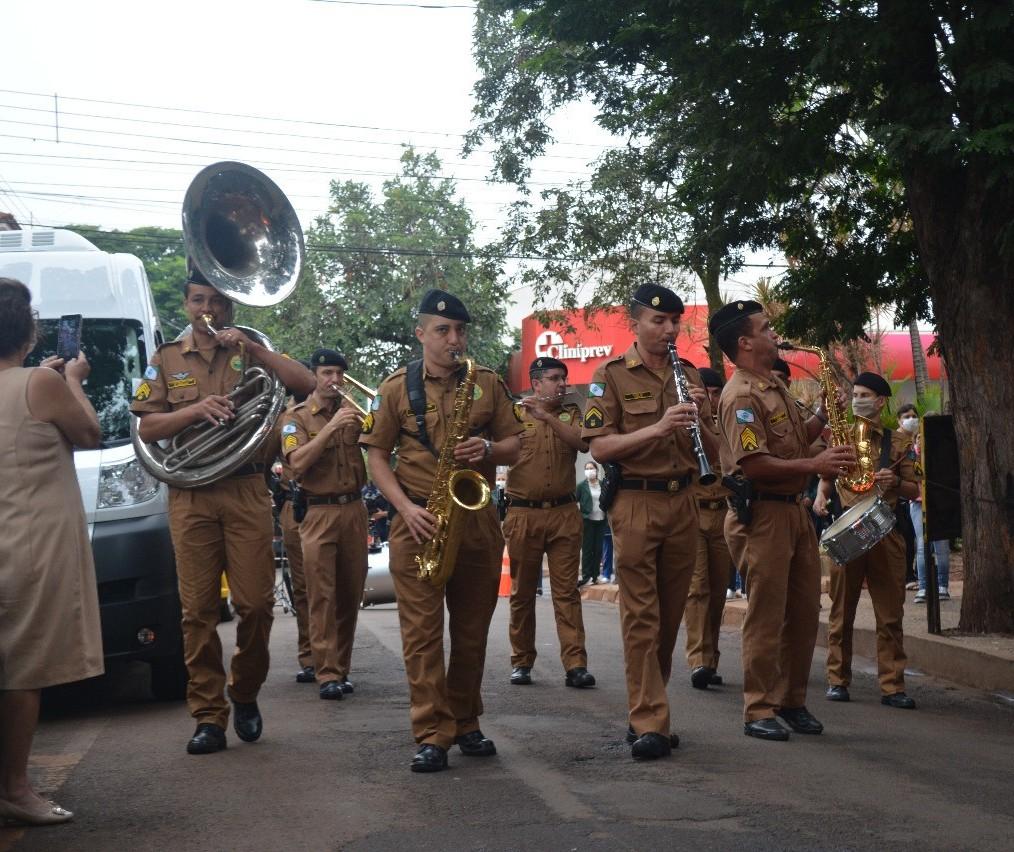 Banda da PM faz apresentação para pacientes de hospital em Sarandi