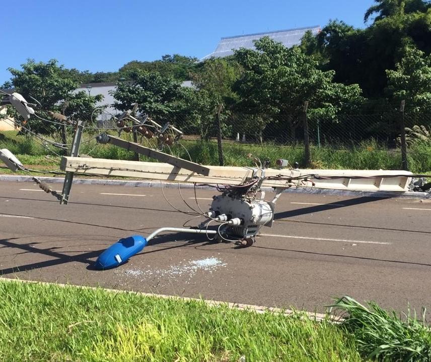 Motorista bate carro e derruba postes de iluminação em Maringá