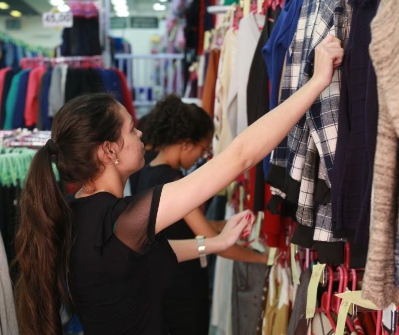 Com temperaturas instáveis, lojas estão sem roupas de inverno