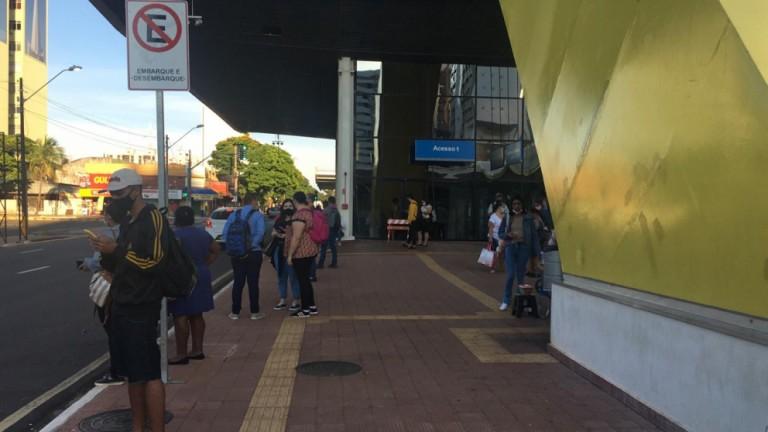 Passageiros revoltados com a paralisação do transporte coletivo