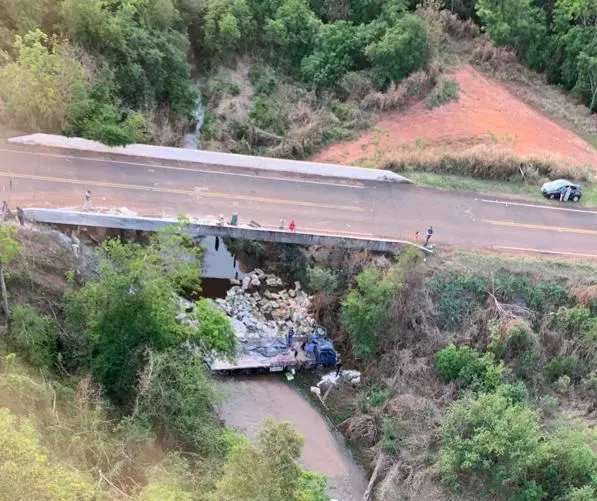 Caminhão despenca de ponte na região de Cianorte e motorista fica ferido
