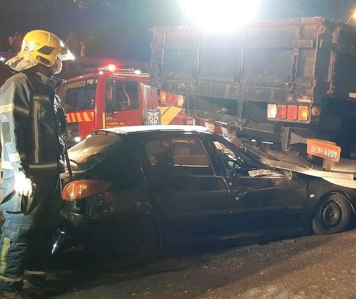 Acidente entre carro e dois caminhões mata uma pessoa no Contorno Norte, em Maringá