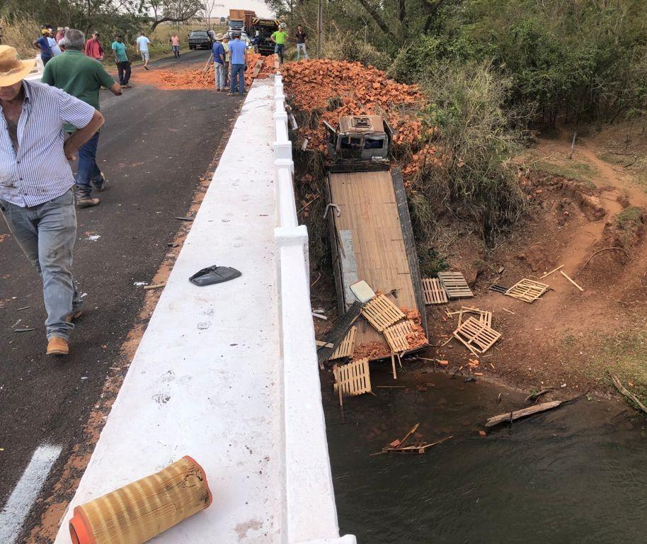 Caminhão despenca de ponte sobre Rio Pirapó após acidente grave