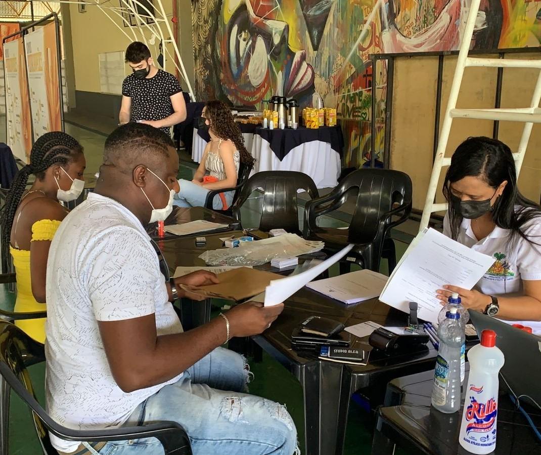 Haitianos recebem atendimento em ginásio de esportes em Maringá