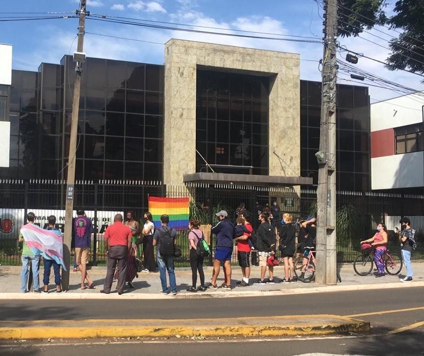 Manifestantes LGBTQIA+ protestam em frente à Câmara de Maringá