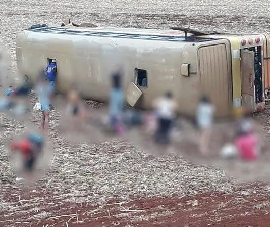 Ônibus tomba e deixa mais de 30 pessoas feridas em Ubiratã
