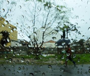 Tempestade de raios e granizo provoca estragos em Maringá