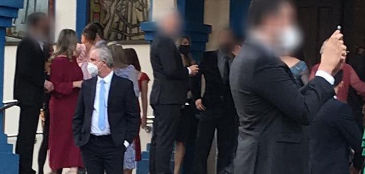 Empresária publica foto de prefeito em casamento supostamente com mais de 30 pessoas e pergunta: pode?