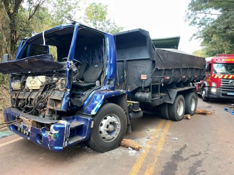 Caminhão perde força na subida, desce de ré e atinge outros dois veículos