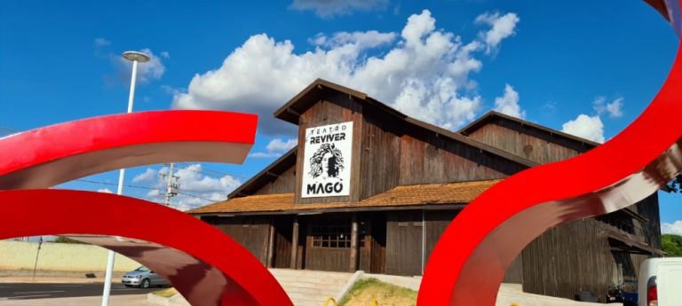 Nova fachada do Teatro Reviver Magó é instalada