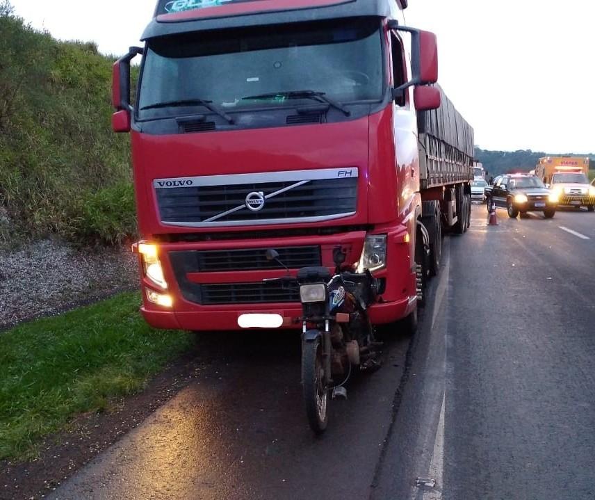 Mulher morre em acidente de moto na BR-376