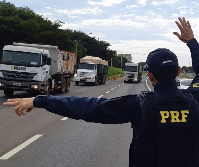 Caminhoneiros fazem bloqueio na BR-376 na região noroeste