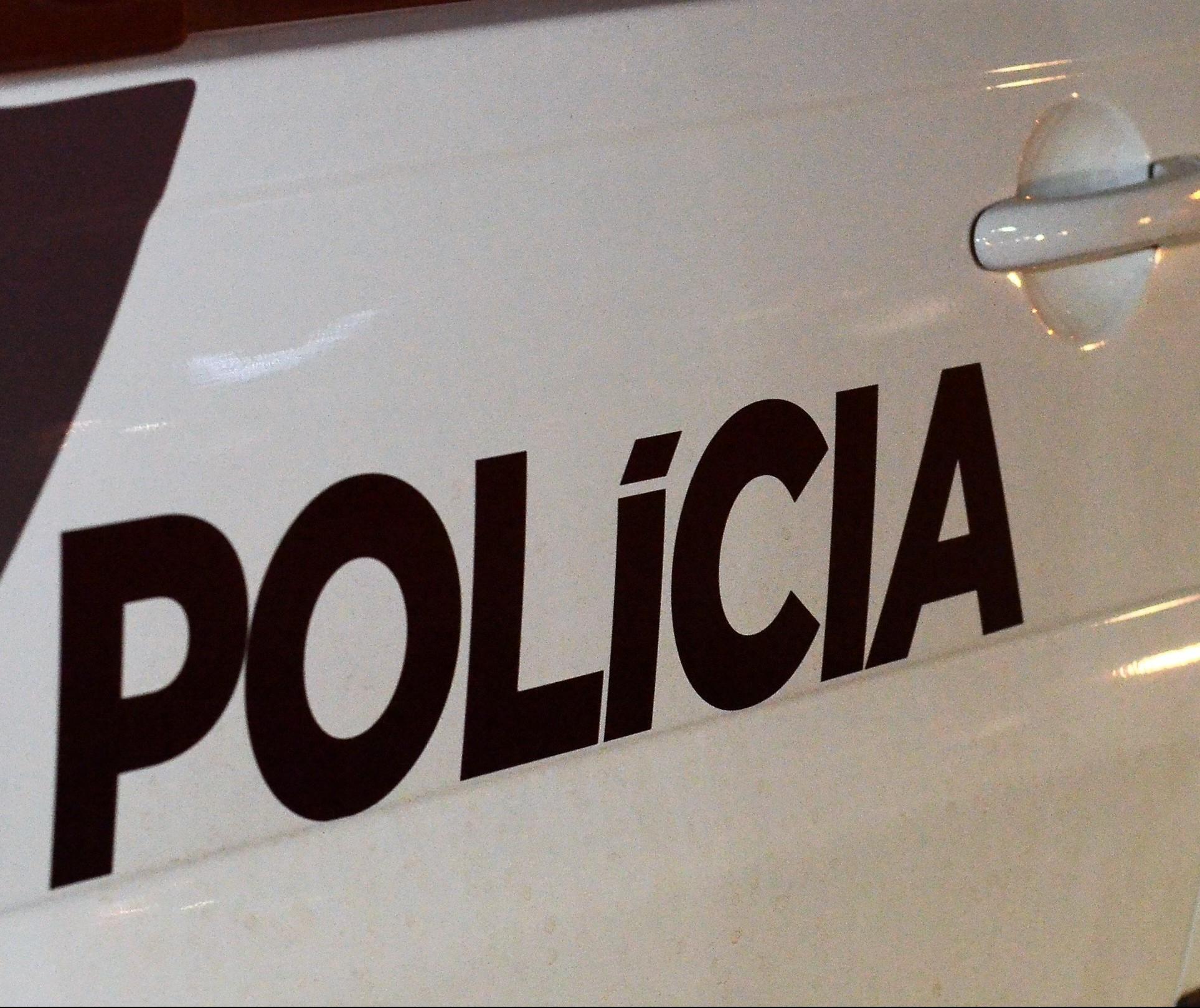 Homens armados com capacete e máscaras de proteção assaltam e trocam tiros