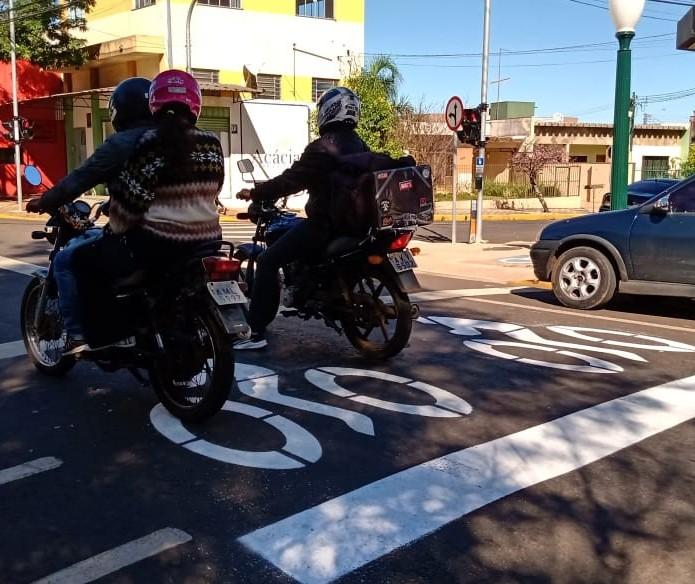 Apucarana implanta área exclusiva para motos no semáforo