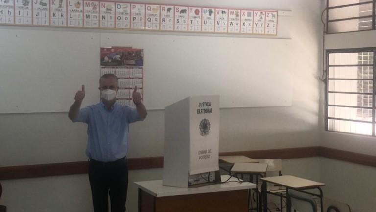 Prefeito Ulisses Maia votou pela manhã acompanhado da família