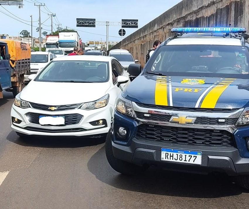 Dois presos são flagrados em carro roubado durante saída temporária