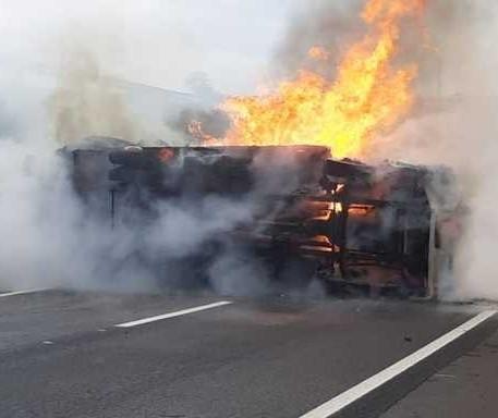 Caminhão tomba e pega fogo na BR-376, em Alto Paraná; vídeo