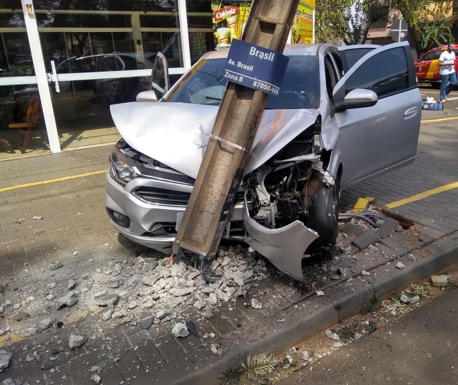 Motorista bate em poste de energia na Avenida Brasil