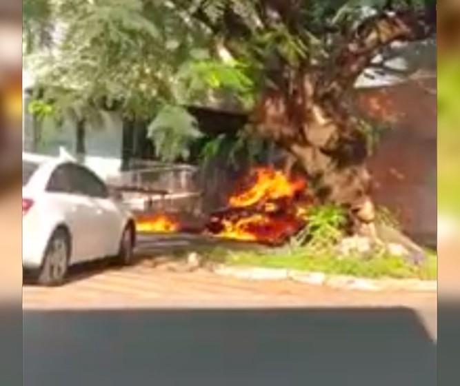 Caçamba pega fogo, chamas se alastram e atingem carro estacionado na Avenida Mauá