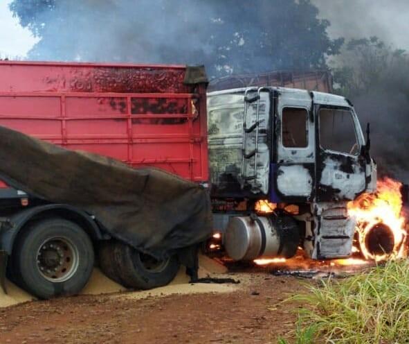 Dois caminhões batem de frente e pegam fogo