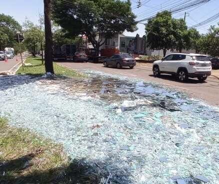 Carga de vidro cai de caminhão e interdita avenida de Maringá