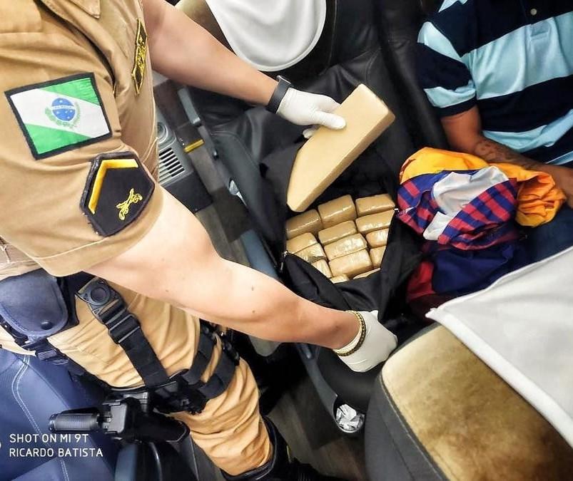 PRE apreende 11,5 kg de maconha em ônibus na PR-323