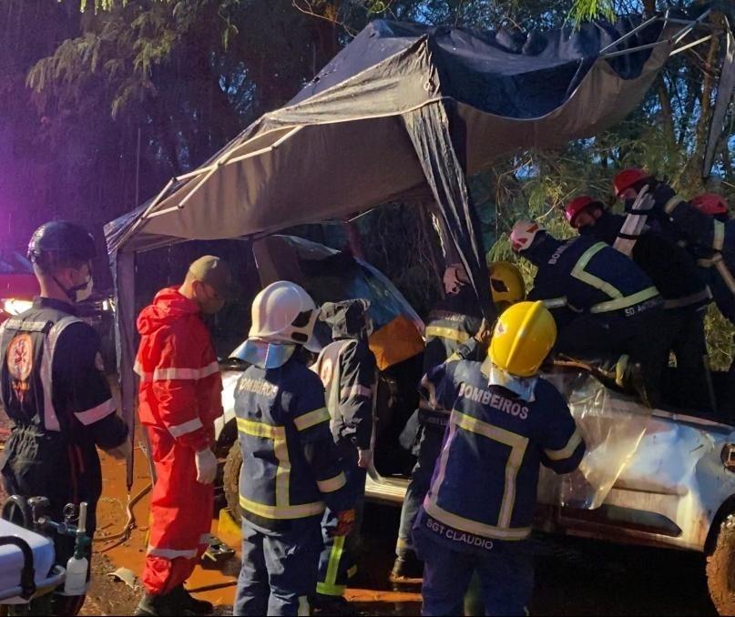 Veículo capota na PR-323 e duas pessoas ficam feridas