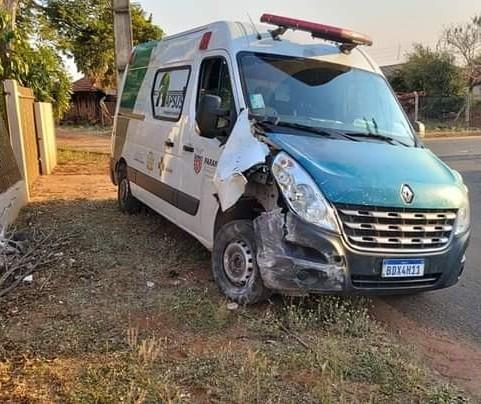 Motorista bêbado bate ambulância em muro e é preso pela polícia em Astorga