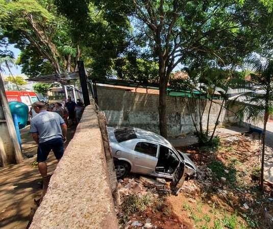 Carro invade colégio e adolescente fica gravemente ferido em Marialva