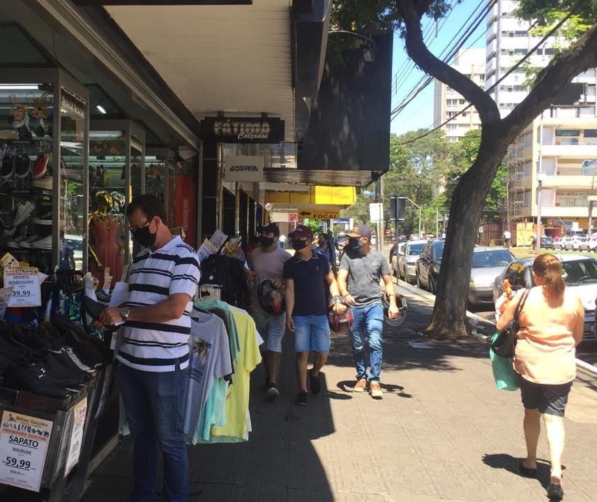 Lojas de rua estão cheias neste sábado (19) em Maringá
